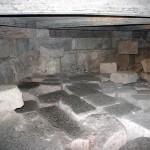 Le fondamenta paleocristiane visitabili al disotto della Cappella, costruite usando blocchi di pietra ottenuti demolendo, già in epoca tardoromana, il vicino Anfiteatro.