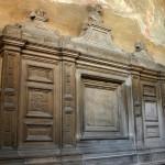 L'altare della Cappella di Sant'Aquilino: L'ambiente, con al centro l'arca secentesca in argento.