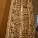 Il portale antico-romano che si trova fra l'ambiente d'ingresso e la Cappella di sant'Aquilino della Basilica di San Lorenzo Maggiore a Milano è un manufatto spogliato da un altro monumento antico (ignoto), e qui riutilizzato al momento di costruire la basilica nel sec. IV d.C.